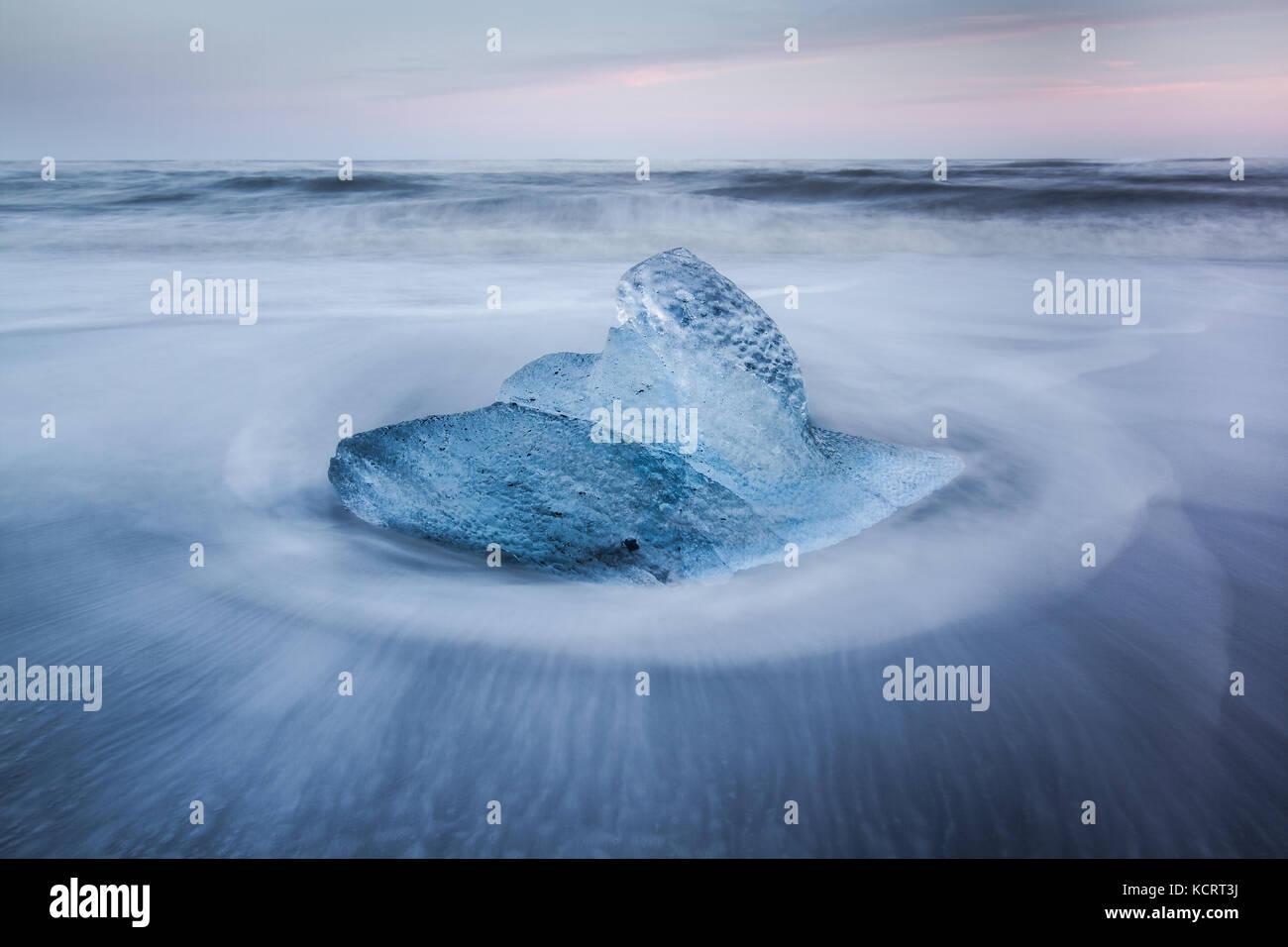 Gletscher Eisberge gewaschen auf dem schwarzen Sand von breidamurkursandur in der Nähe von Vatnajökull National Park, Island Stockfoto