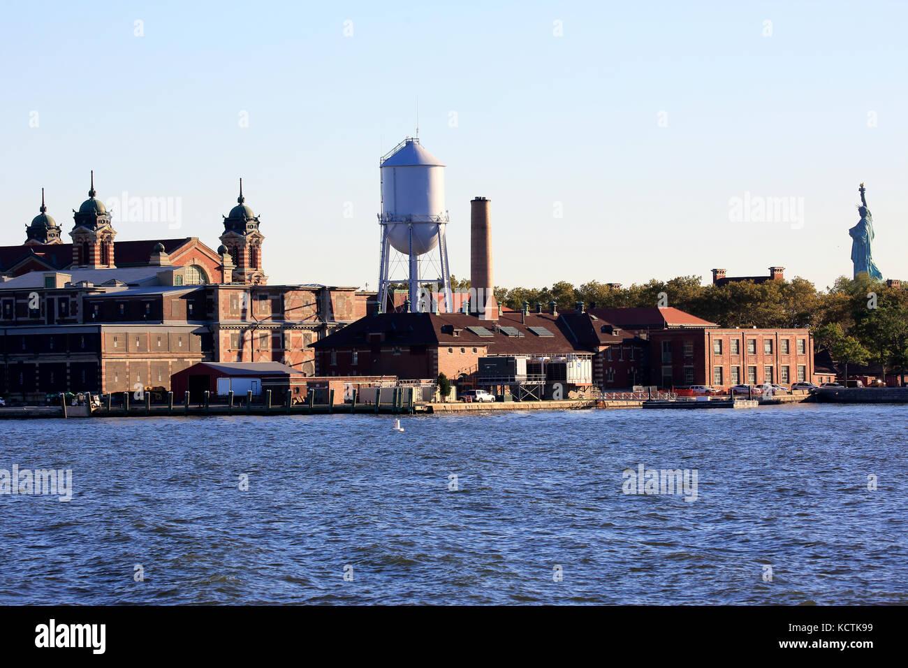 Blick auf Ellis Island von Liberty State Park mit Freiheitsstatue im Hintergrund. New Jersey USA Stockbild