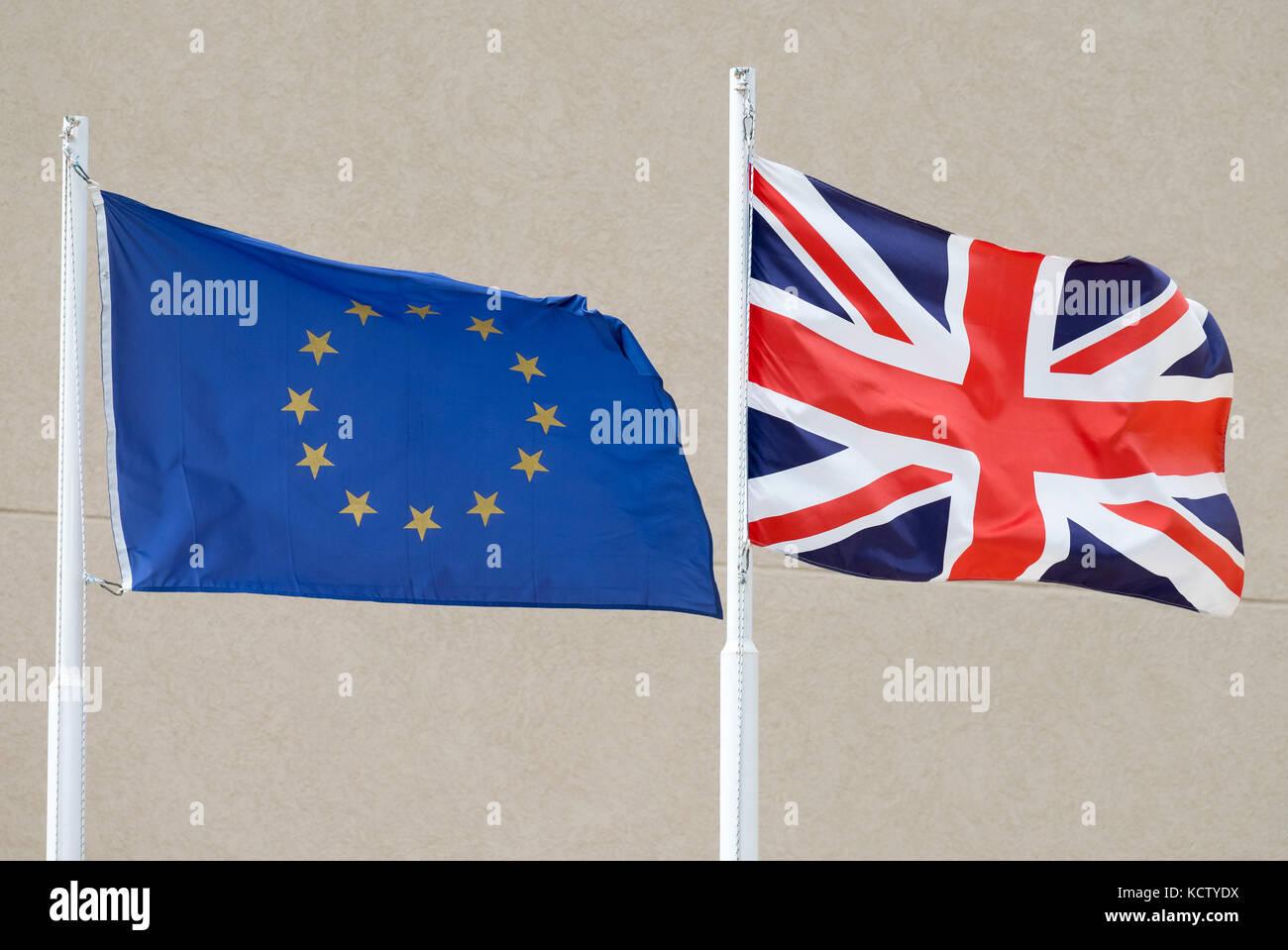 Die Europäische Union und die britische (Union Jack) Fahnen wehen, der Seite an Seite in Zypern. Stockbild