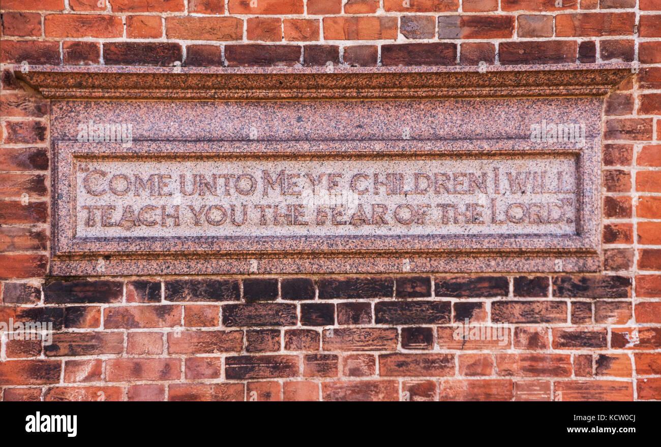 """Plakette Darstellung """"Mir kommt ihr Kinder, ich werde dich lehren, die Furcht des Herrn"""" auf eine Wand Stockbild"""