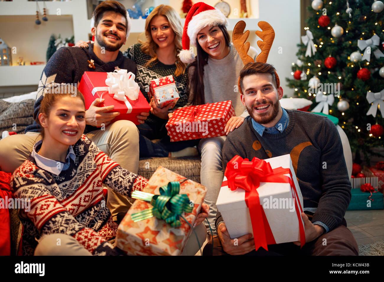 Weihnachten, Feiertage, Glück und Personen Konzept - Glücklich ...