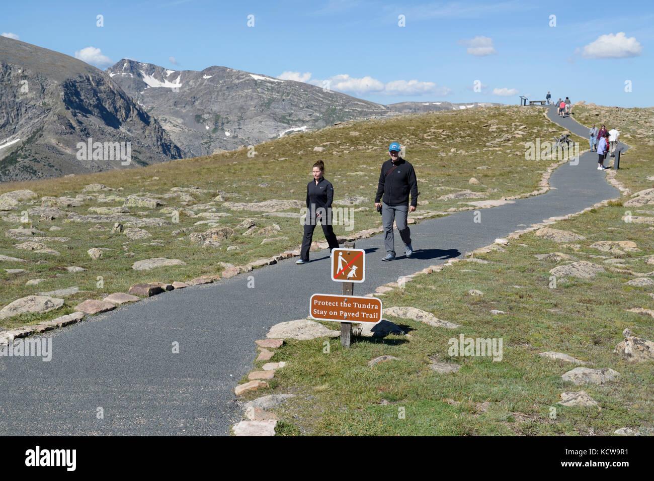 Besucher am Regenbogen Kurve Viewpoint, Rocky Mountain National Park, Colorado Stockbild