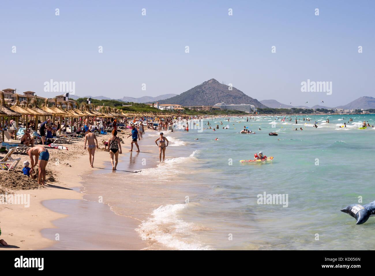 Touristen an der Playa de Muro im Sommer Hochsaison in der Nähe von Albufera Resorts, Mallorca, Balearen Inseln Stockbild