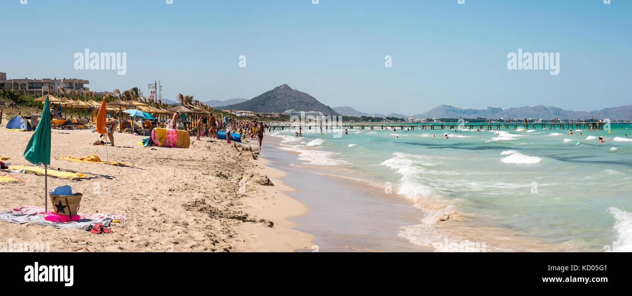 Playa de Muro im Sommer Hochsaison in der Nähe von Albufera Resorts, Mallorca, Balearen Inseln Stockbild