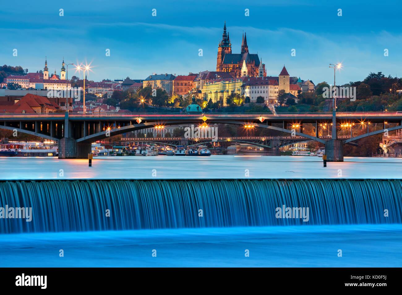 Prag. Bild von Prag, Hauptstadt der Tschechischen Republik, während der Dämmerung blaue Stunde. Stockbild