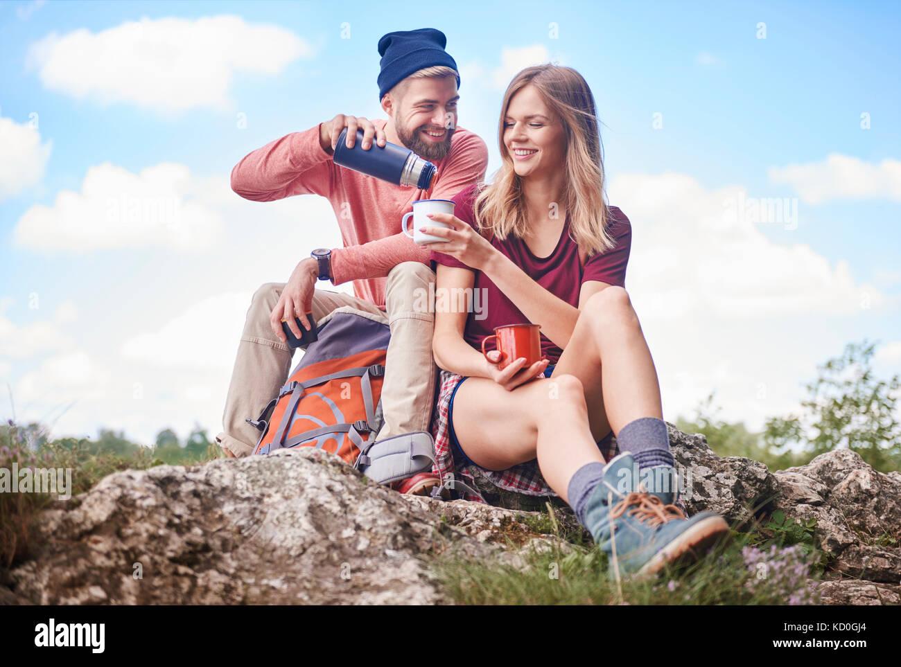 Paar wandern, auf Felsen gießen Drink von Kolben in Emaille Tasse, Krakow, Malopolskie, Polen, Europa Stockbild