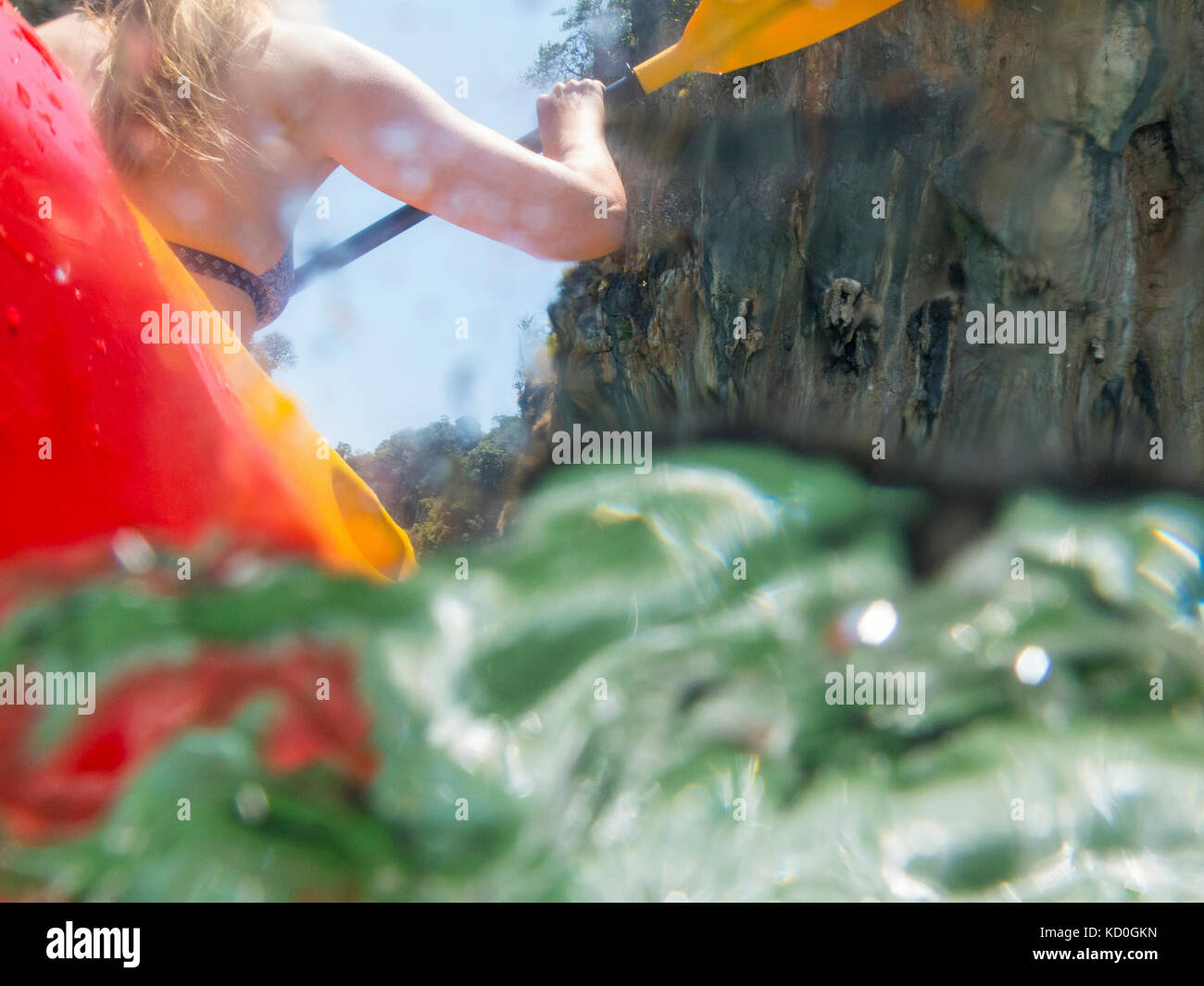 Ansicht der Rückseite Frau Sea Kayaking, Ko Hong, Thailand, Asien Stockbild