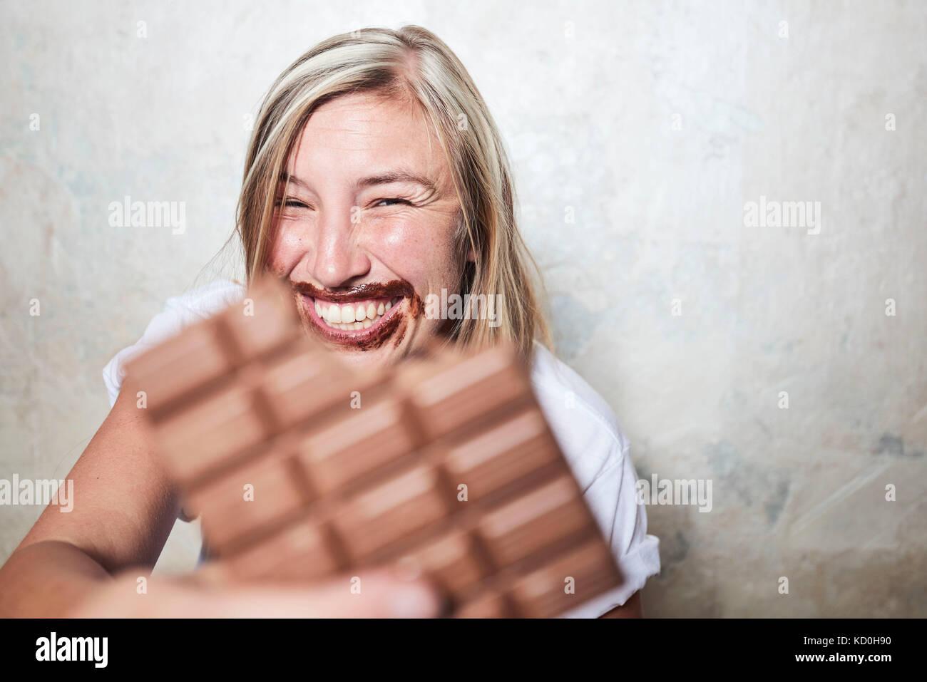 Portrait von Frau essen Schokolade, Schokolade rund um Mund Stockfoto