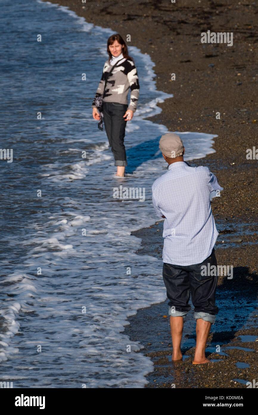Aberystwyth Wales uk, uk Wetter Sonntag, 08. Oktober 2017: Menschen am Meer in Aberystwyth Wales in herrlich warmen Stockbild