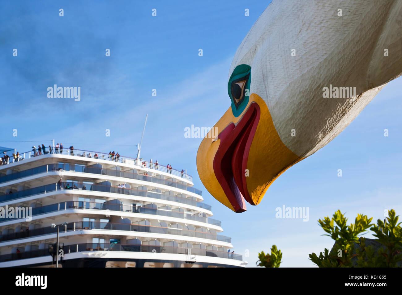 """Detail einer Schnitzerei, ein weißkopfseeadler """"Donnernden Flügel"""" neben einem Kreuzfahrtschiff Stockbild"""