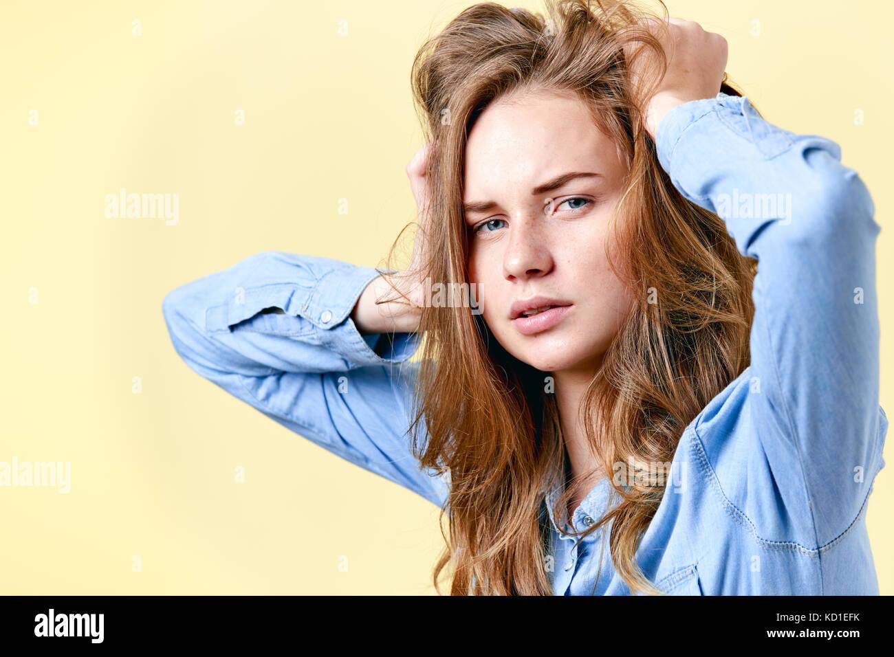 Junge Teenager verzweifelt Rothaarige mit Sommersprossen ihr Haar ziehen. müde, gestresst und Studentin deprimiert. Stockfoto
