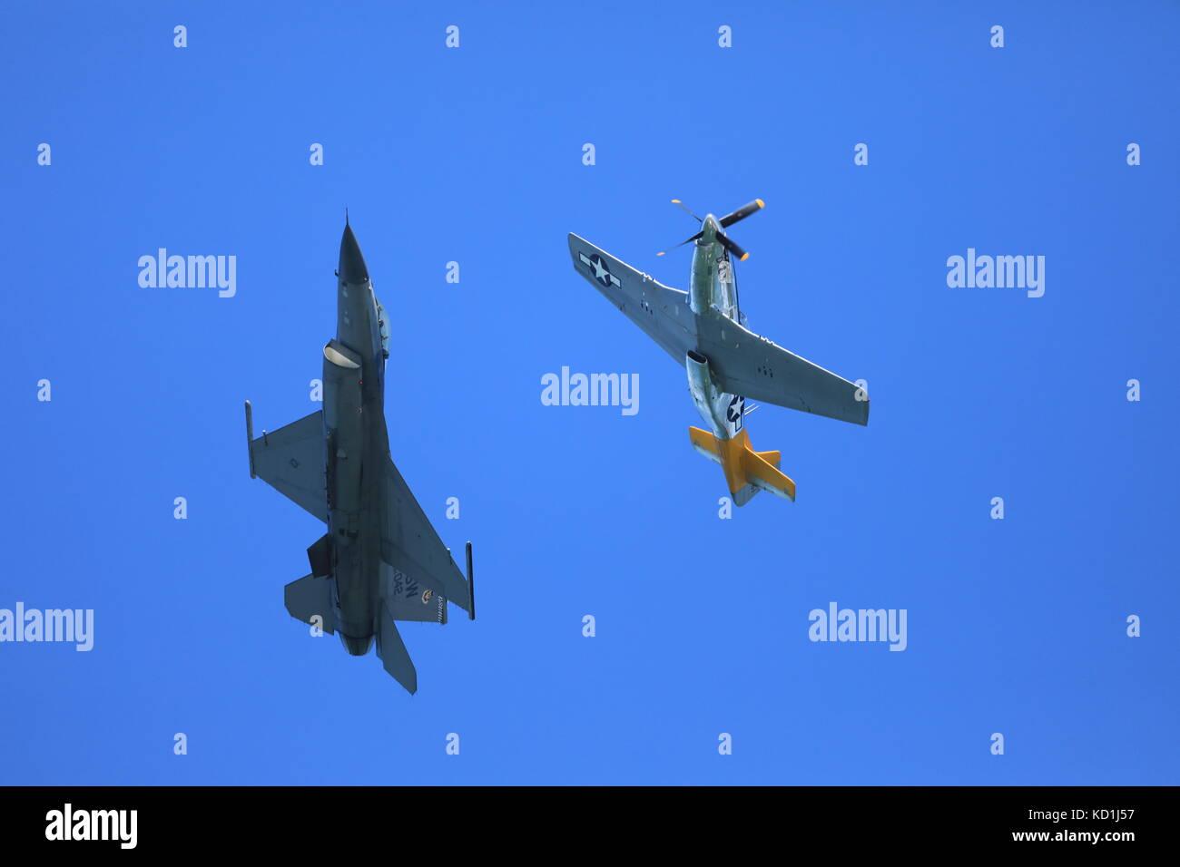 F-16 und p-51 Kampfjets fliegen zusammen in san francisco Fleet Week Airshow, alt und neu Stockfoto