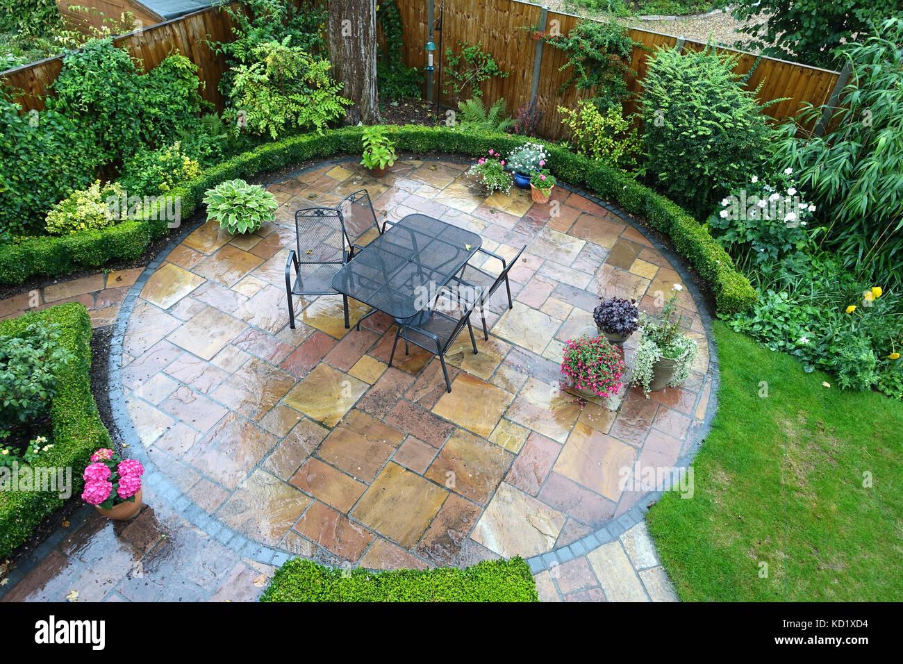 Tisch und Stühle in einem angelegten englischen Garten im Stoberry ...