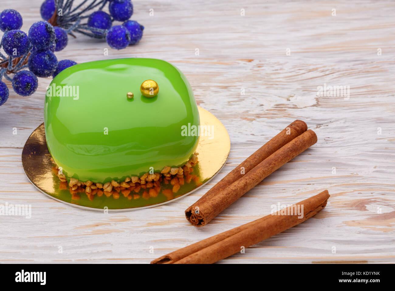 green mirror glaze mousse cake mit winter dekoration und. Black Bedroom Furniture Sets. Home Design Ideas