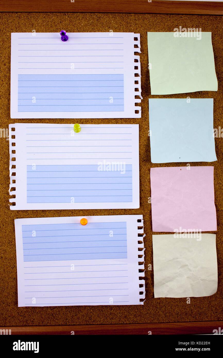 tafel büro flipchart tafel gesäumt beachten sie papier mit klebeband stück das auf einer weißen tafel büro und business stationär leere kopie platz für text vorlage