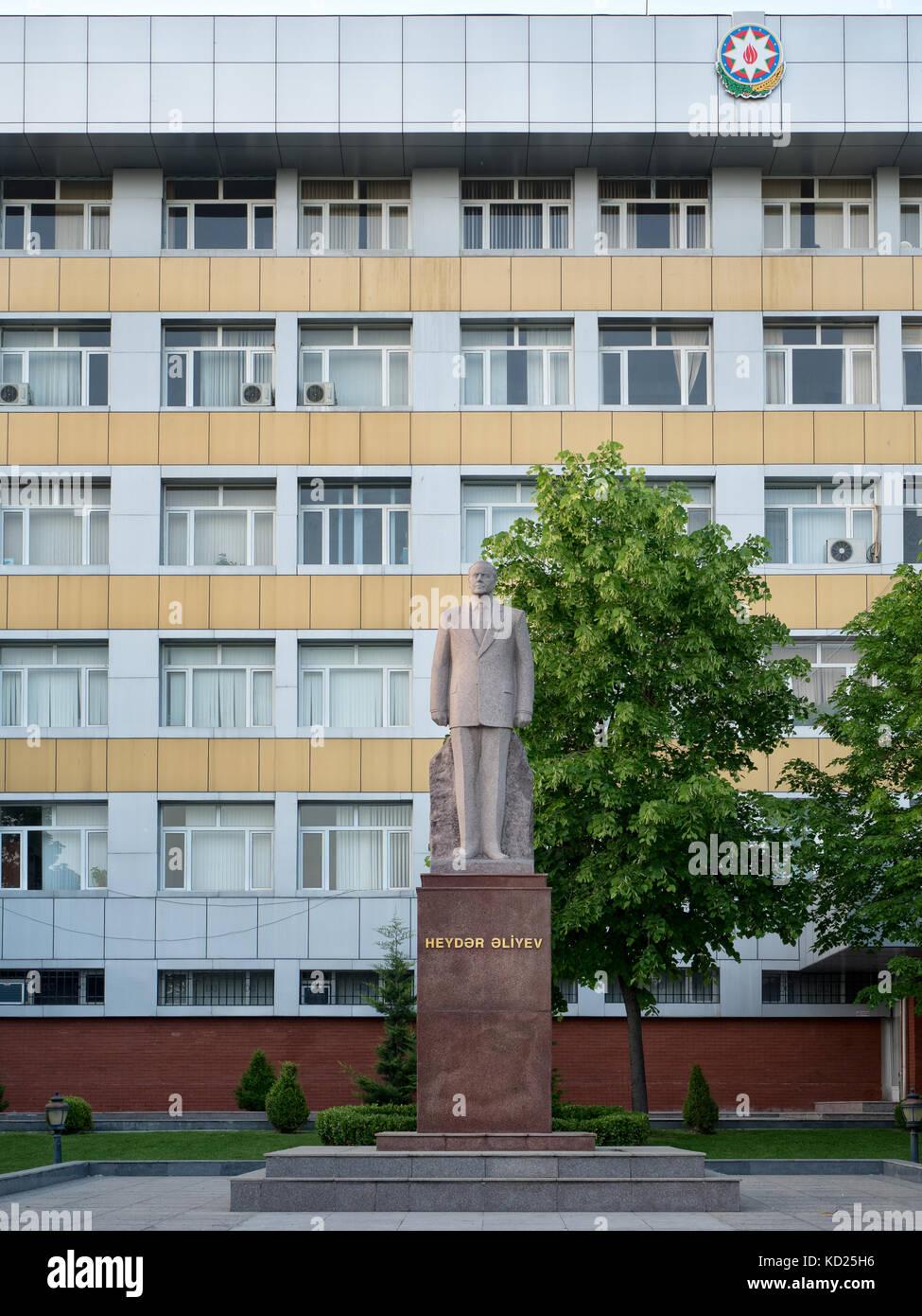 Statue des ehemaligen Präsidenten Heydar Aliyev vor einem öffentlichen Gebäude, sozialistische Architektur Stockbild