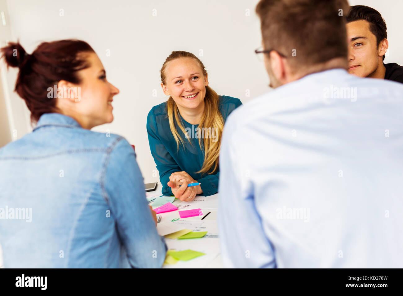 Kollegen sprechen während der Konferenz Stockbild