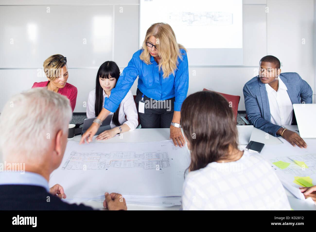 Team von Architekten und Projektleiter arbeiten im Büro Stockbild