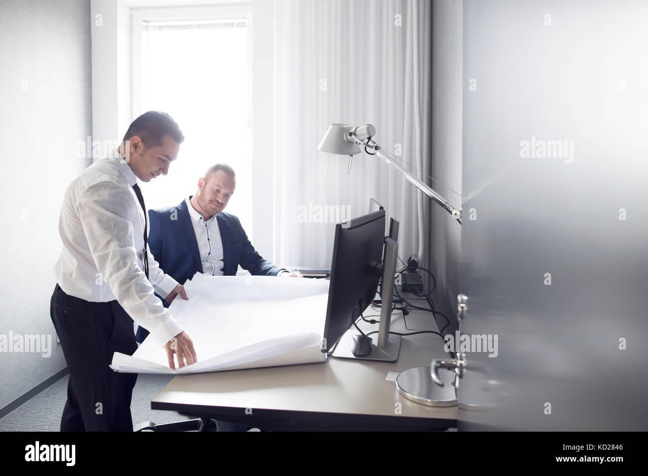 Architekten, die im Büro Stockbild