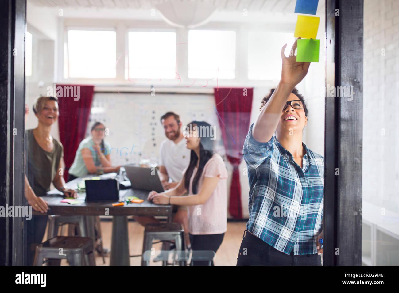 Gruppe von Kollegen Brainstorming im Büro Stockbild