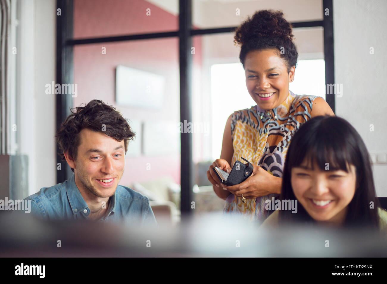 Mitarbeiter lächeln Stockbild