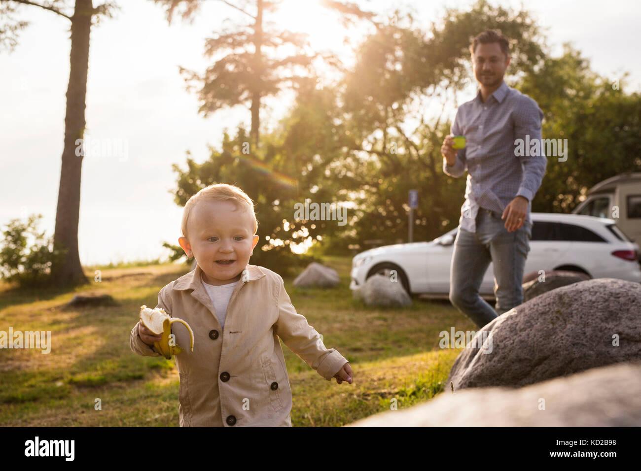 Baby Boy (18-23 Monate) Holding Banane Stockbild