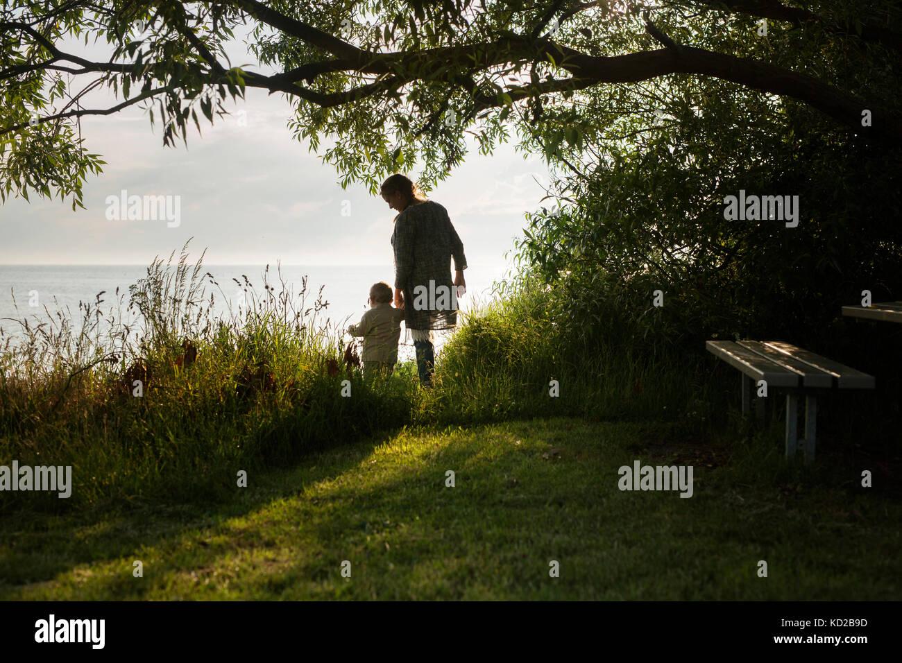 Mutter mit Sohn (18-23 Monate) stehen auf dem Seeweg Stockbild