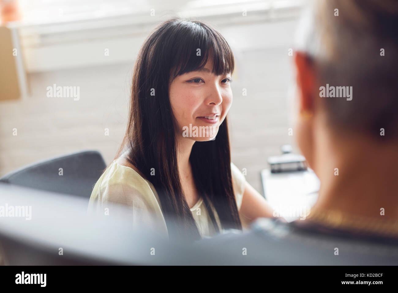 Mann und Frau im Gespräch im Büro Stockfoto