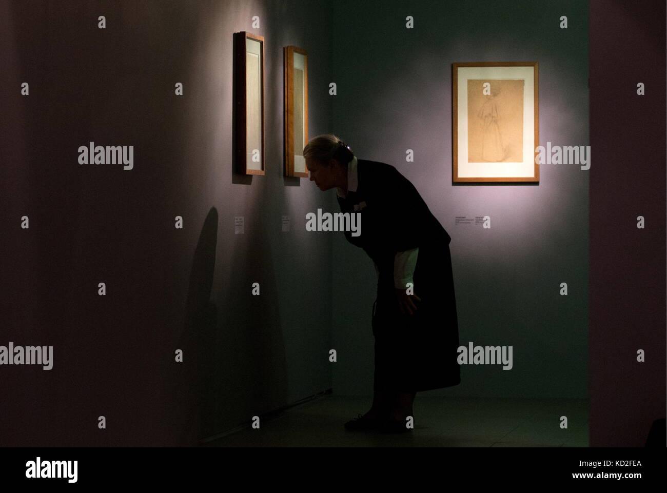 Moskau, Russland. 9. Okt. 2017. Eine Frau besucht eine Ausstellung mit Zeichnungen der österreichische Maler Gustav Stockfoto