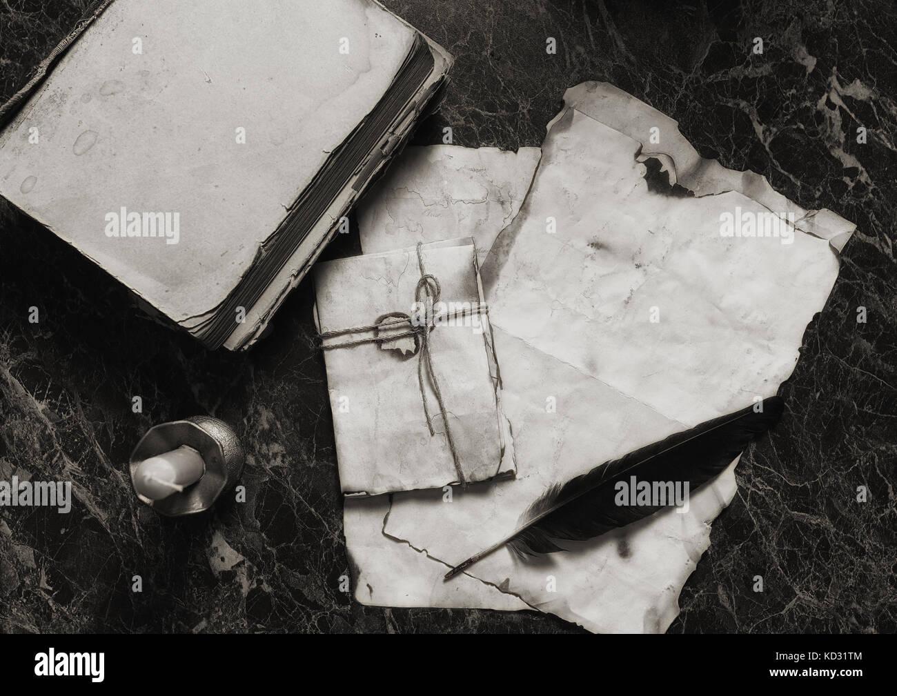 im Alter von Retro-Papiere und auf Tisch mit Detektiv Werkzeuge Hinterg Stockbild