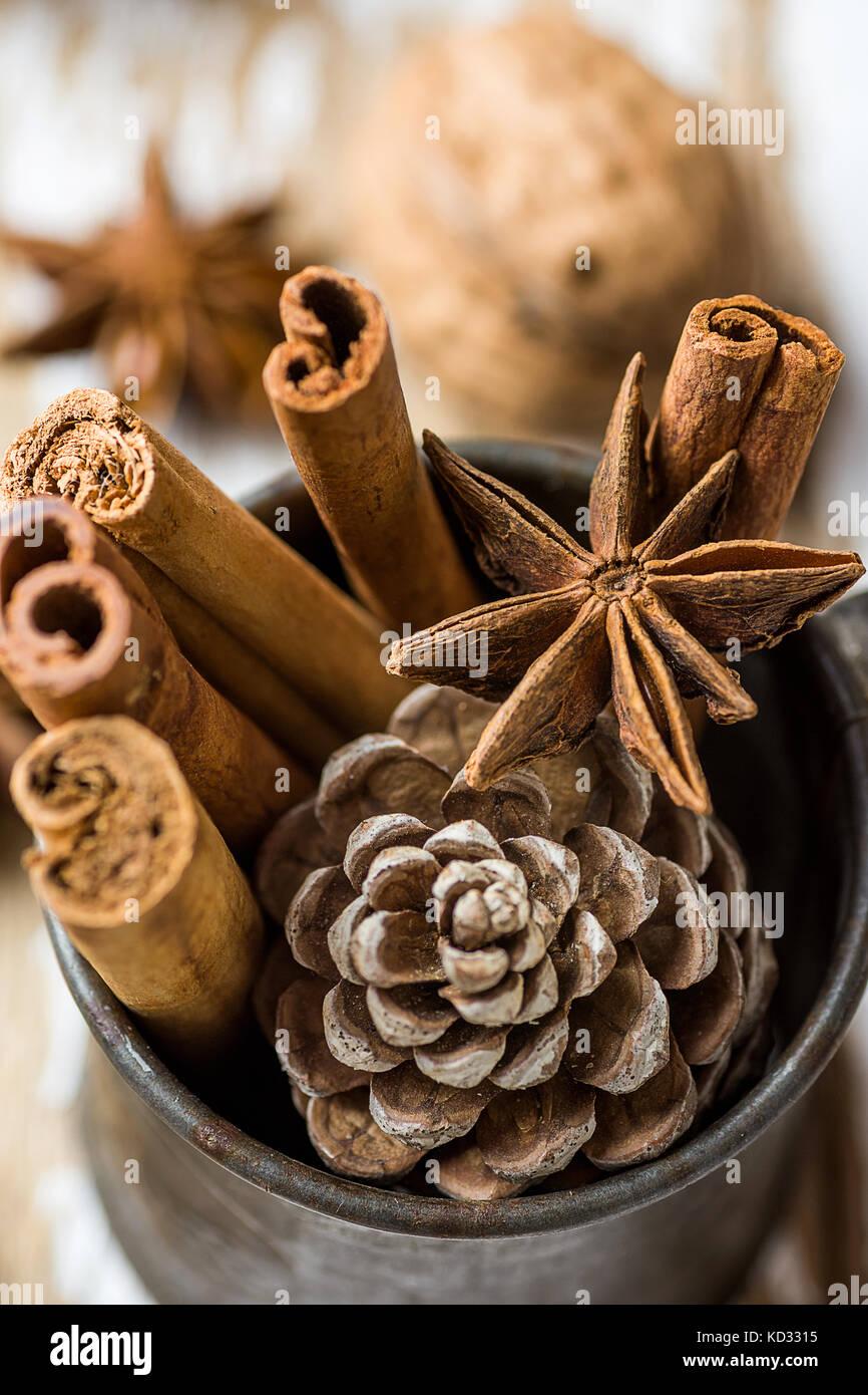Weihnachten Backzutaten Zimtstangen Sternanis star Walnüsse Nelken Kegel in Vintage kanne Kiefer auf Holz Hintergrund. Stockbild