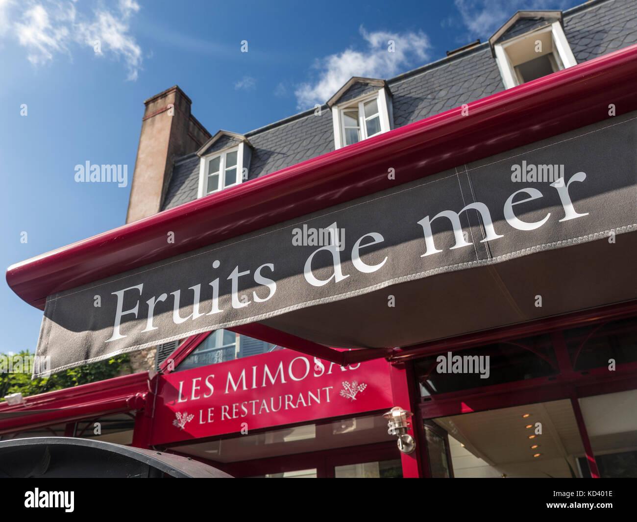 Der Blick auf die sonnenbeschienenen Les Mimosas Restaurant/Hotel Terrasse Sonnenschirm Förderung lokaler' Stockbild