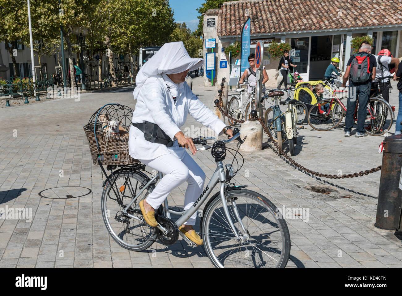 Dame auf dem Fahrrad in La Couarde-sur-Mer, Ile de Re, Nouvelle - Aquitaine, Französisch westcoast, Frankreich, Stockbild
