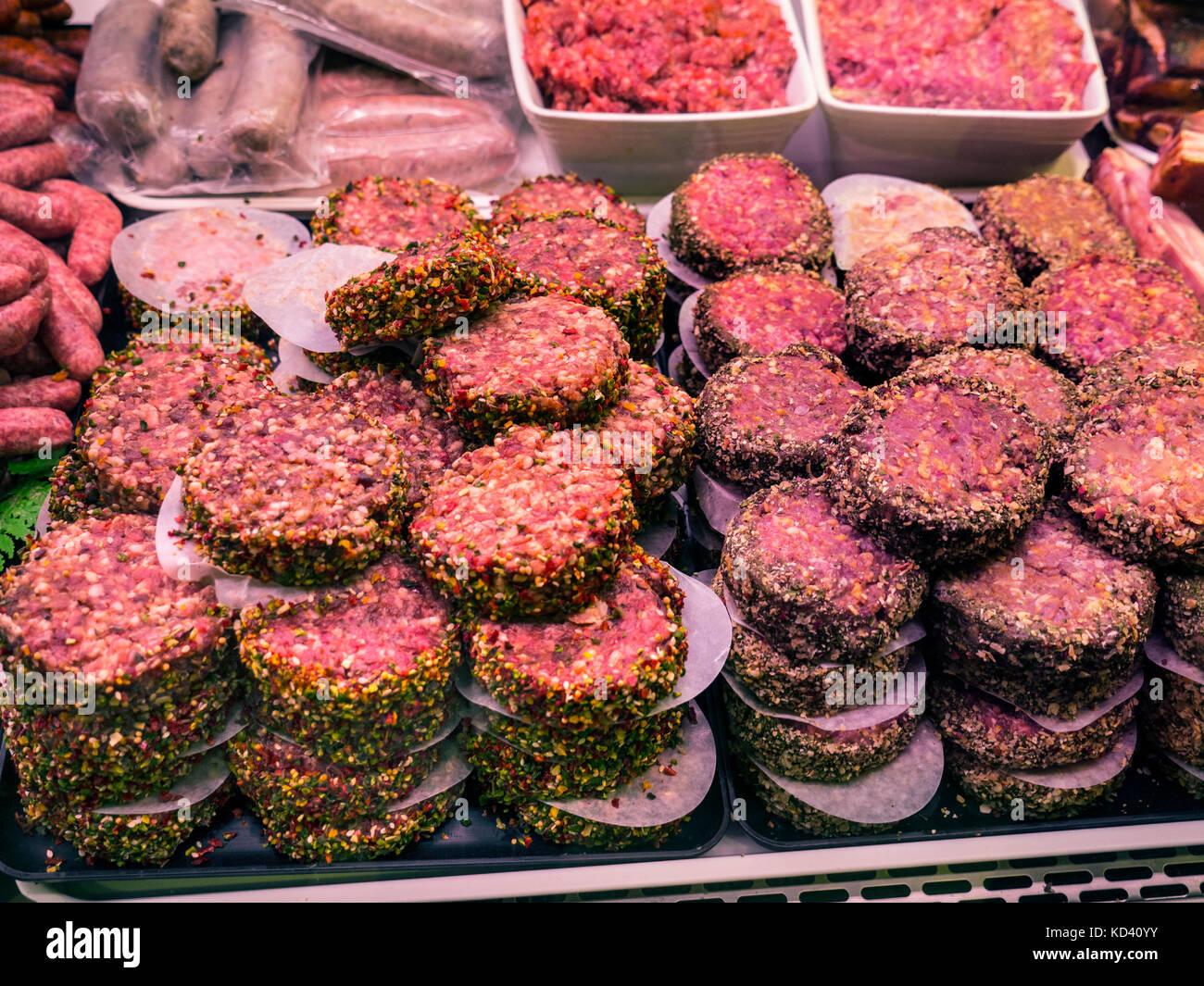 Konzept FLEISCH rohes Rindfleisch Hamburger, Mince & Wurst auf der Anzeige für den Verkauf in Metzger gekühltes Stockbild