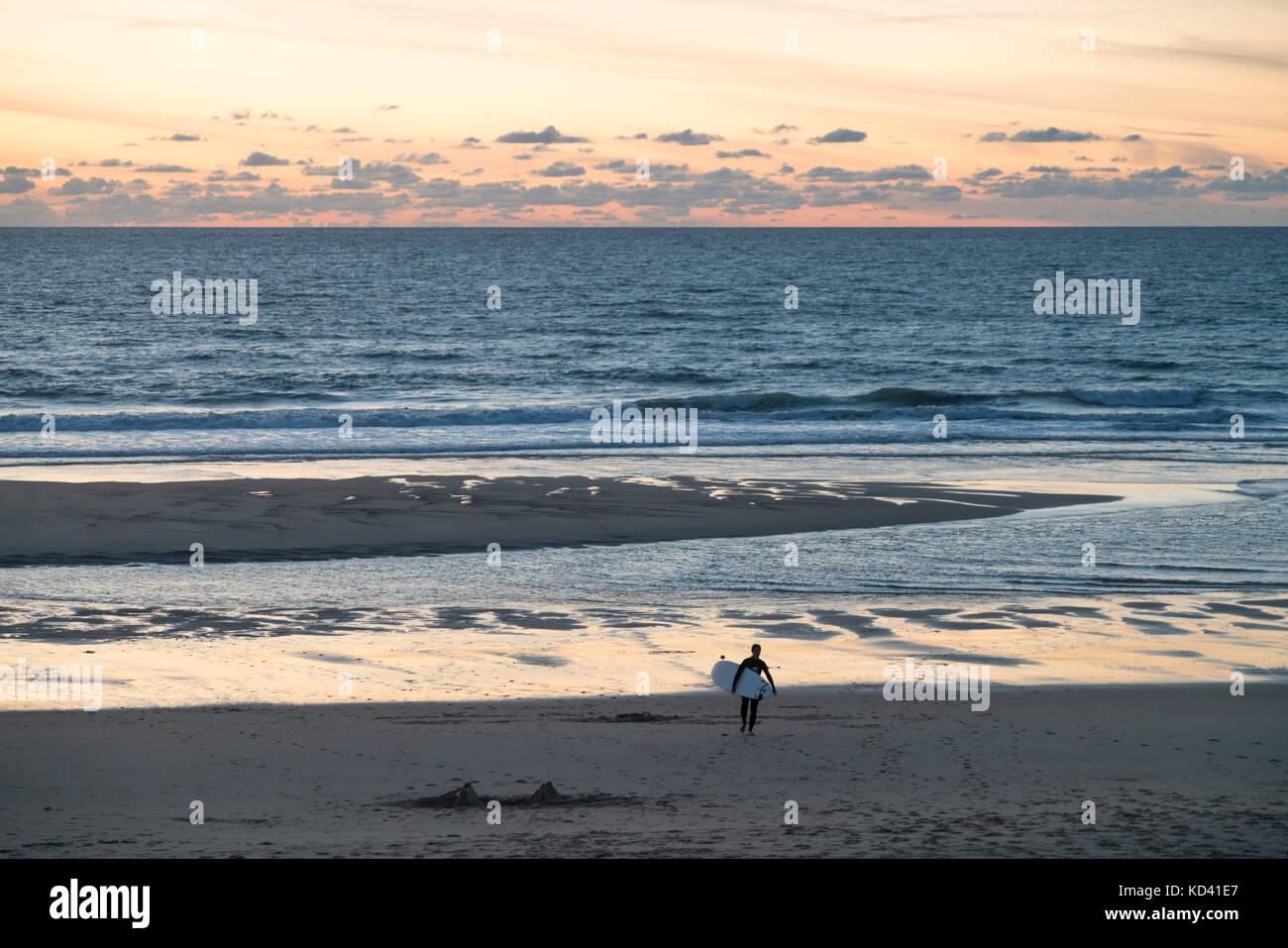 Lacanau Ocean, Sonnenuntergang, Surfer, Nouvelle - Aquitaine, Französisch westcoast, Frankreich, Stockbild