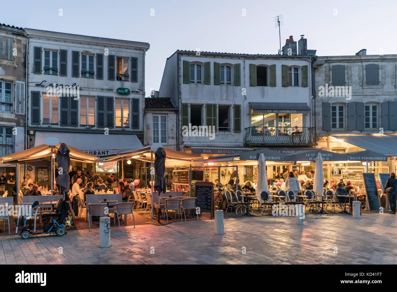 Restaurants, Hafen La Couarde-sur-Mer, Ile de Re, Nouvelle - Aquitaine, Französisch westcoast, Frankreich, Stockbild