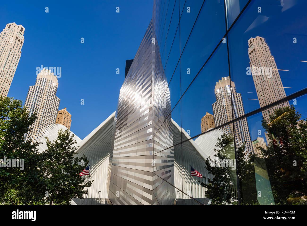 Glas Reflexion der Oculus und Wolkenkratzer am 9/11 Memorial und Museum. Lower Manhattan, Financial District, Manhattan, Stockbild