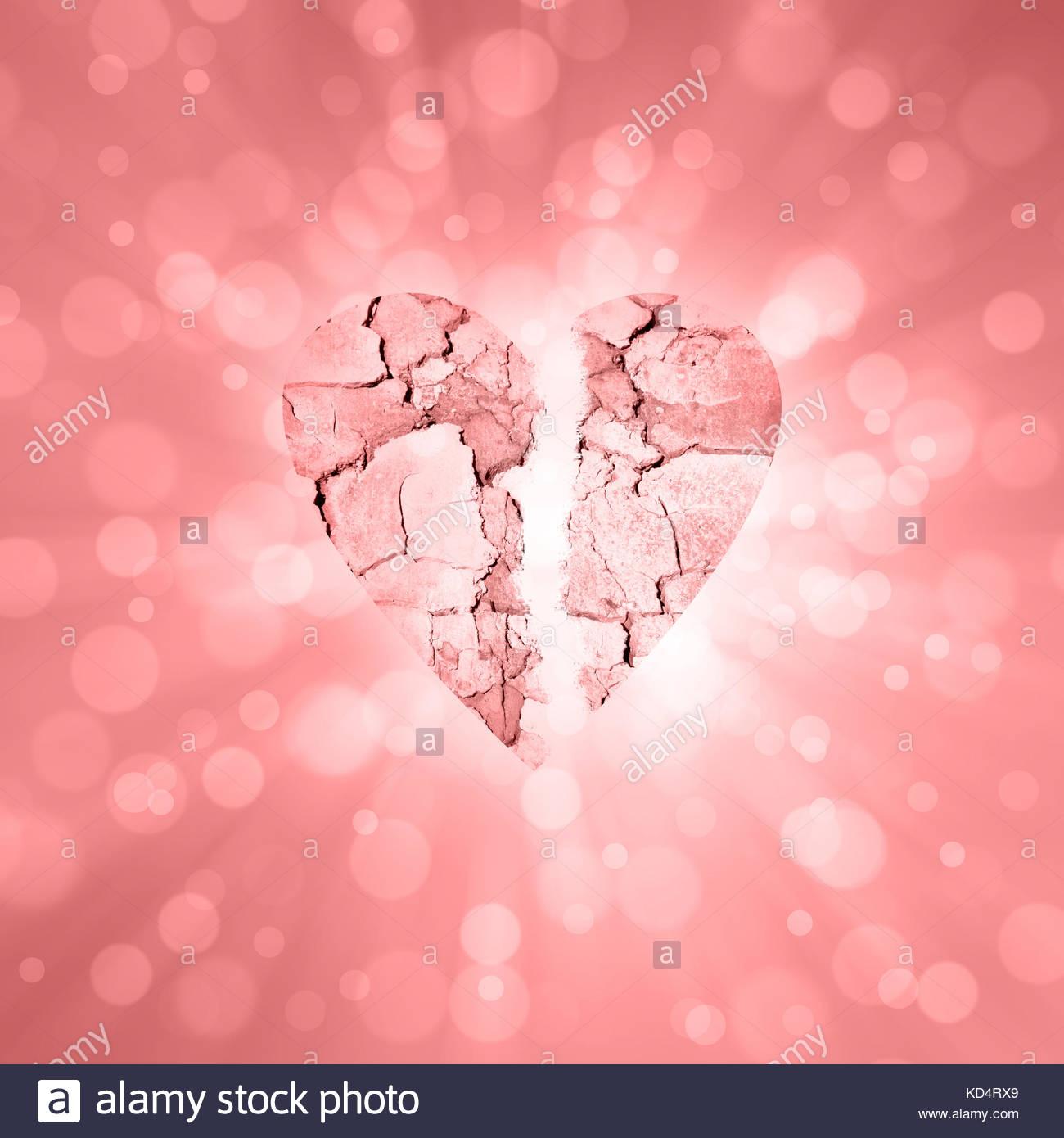 Texturierte leuchtend rote Farbe gebrochenes Herz Symbol auf radialen verschwommen rotes Licht bokeh Hintergrund. Stockbild
