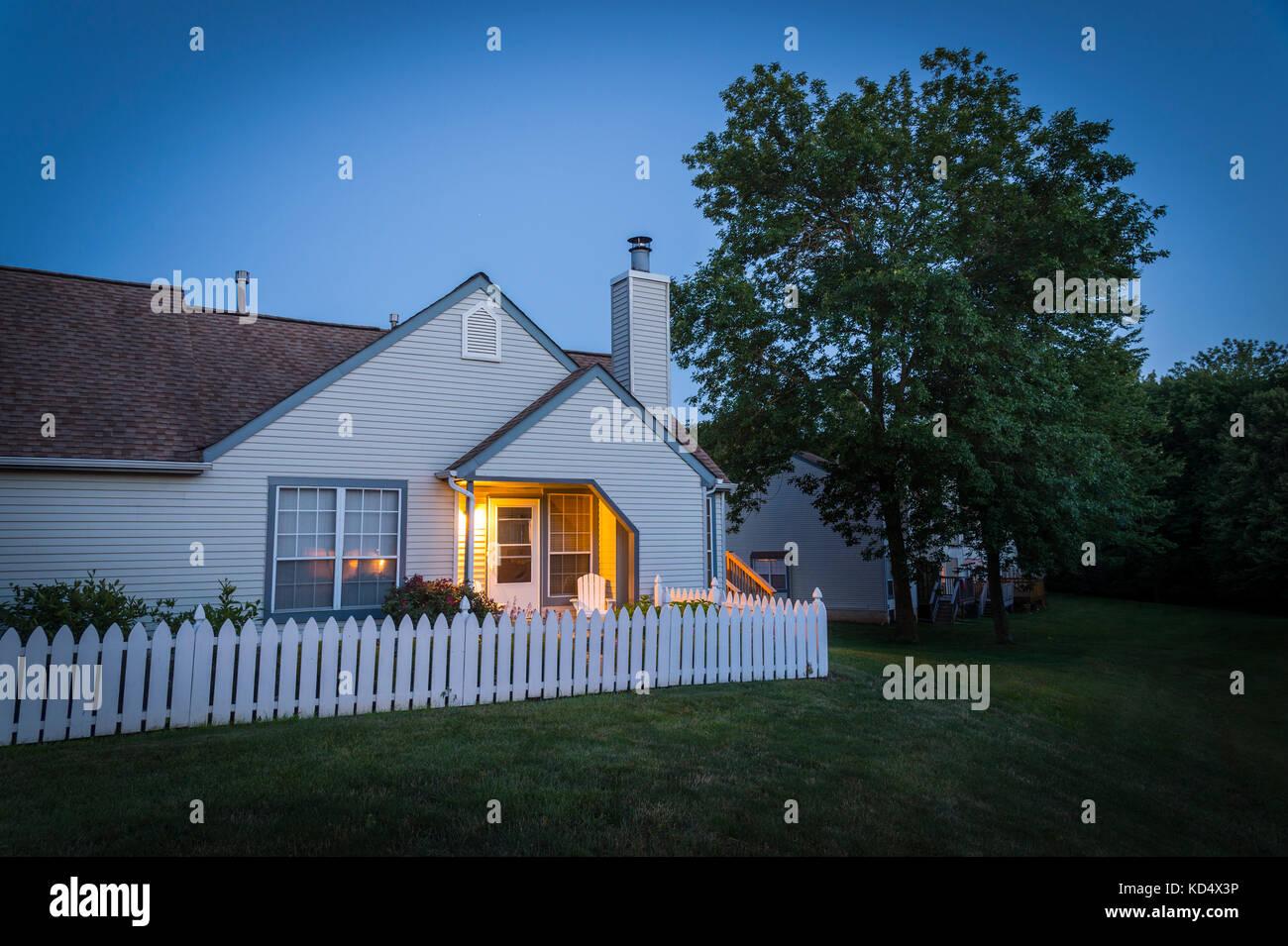 Warme Halle Licht zu Hause auf Spätsommer Abend Stockbild