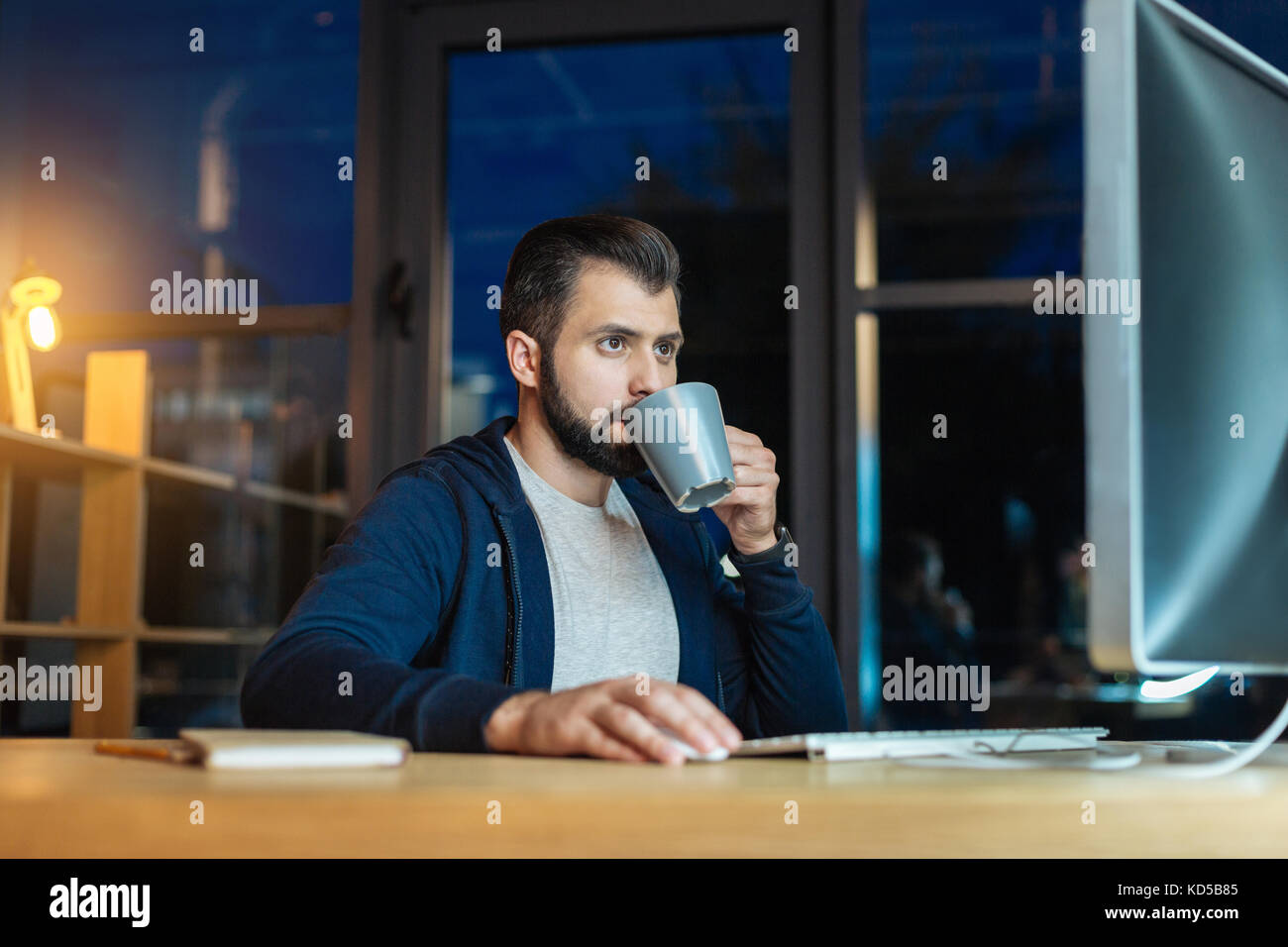 Attraktive Brünette trinken heißen Tee Stockbild