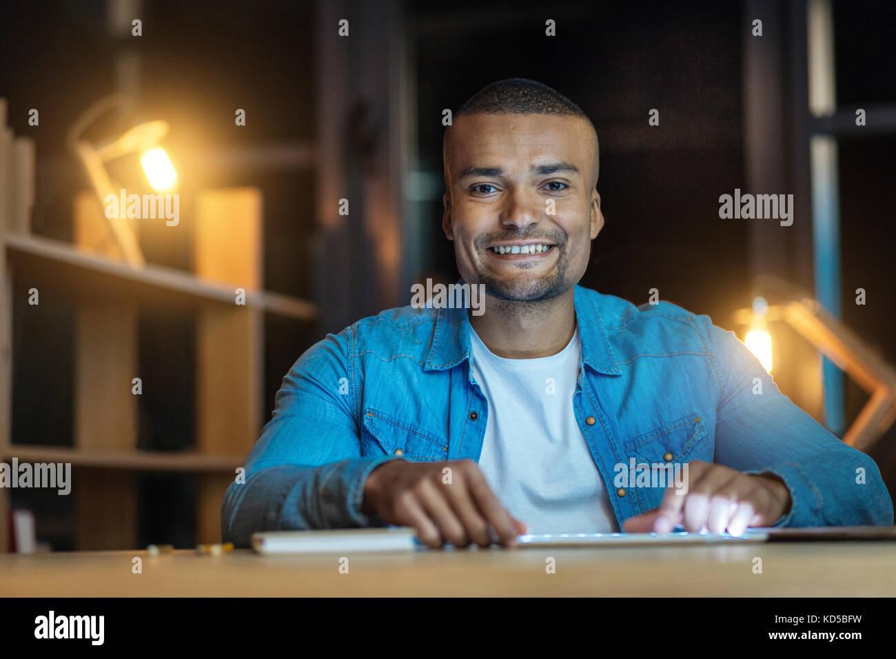 Lächelnd, männliche Person sehr froh Stockbild