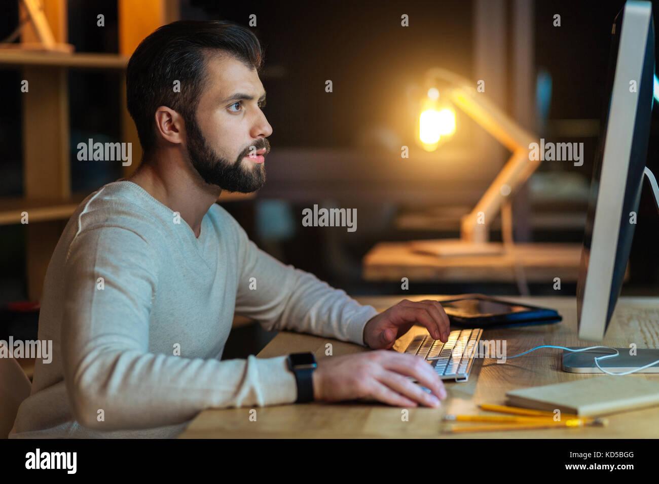 Attraktive professionelle Arbeiter, der seine Arbeit erledigt Stockbild