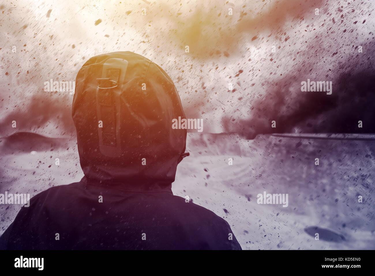 Konzeptionelle Image der jungen weiblichen Person mit ungewissen Zukunft, mixed Media Inhalte mit dramatischen stürmischen Stockbild