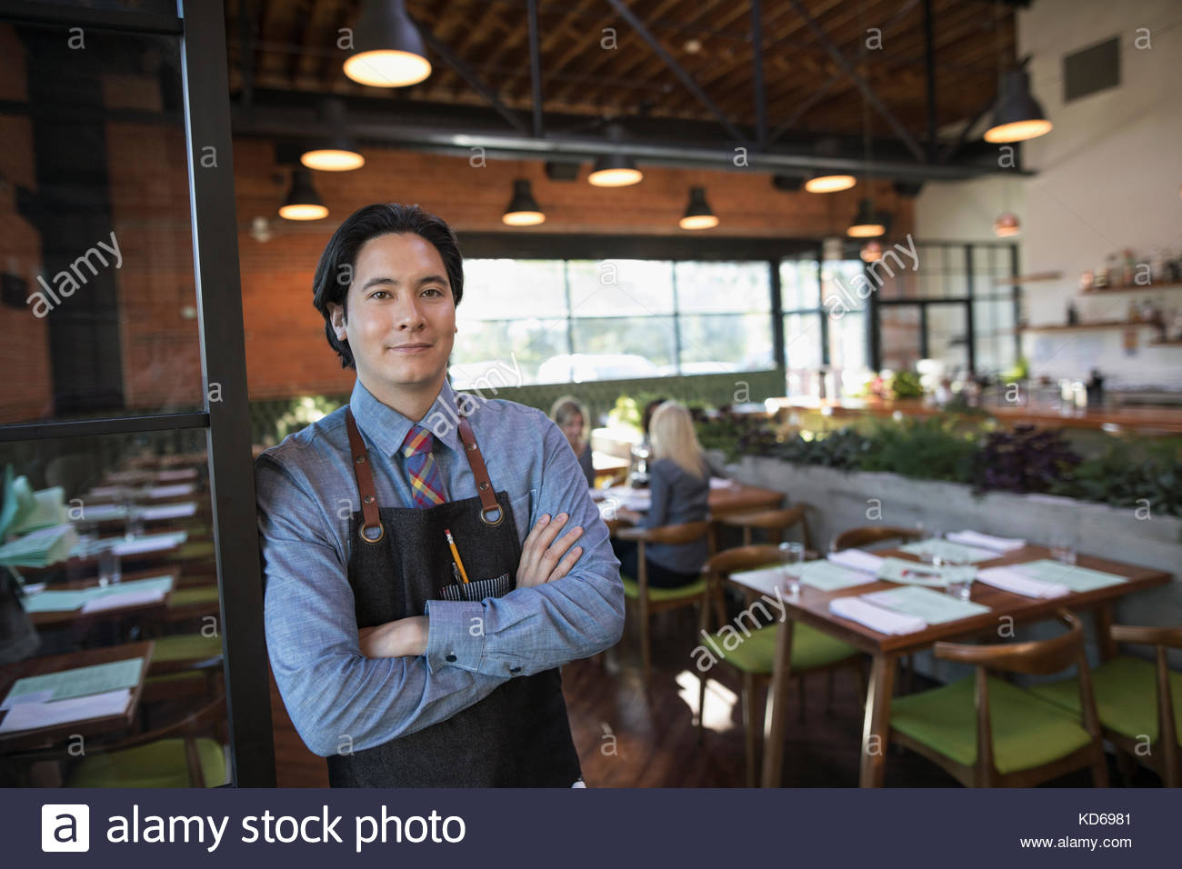 Portrait zuversichtlich männlichen Server mit Waffen im Restaurant gekreuzt Stockbild
