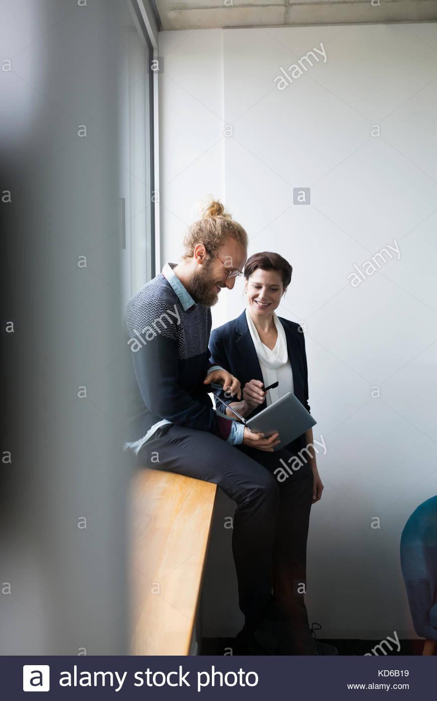 Geschäftsleute mit Laptop im Konferenzraum treffen Stockbild