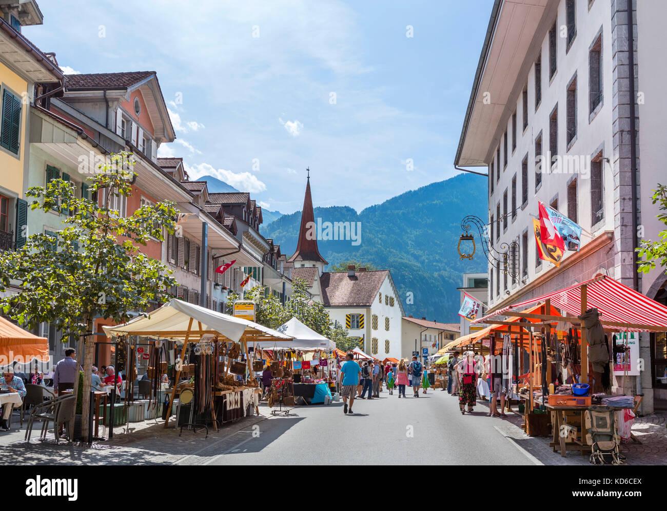 Markt auf dem Marktplatz in der Altstadt von Unterseen, Interlaken, Schweiz Stockbild