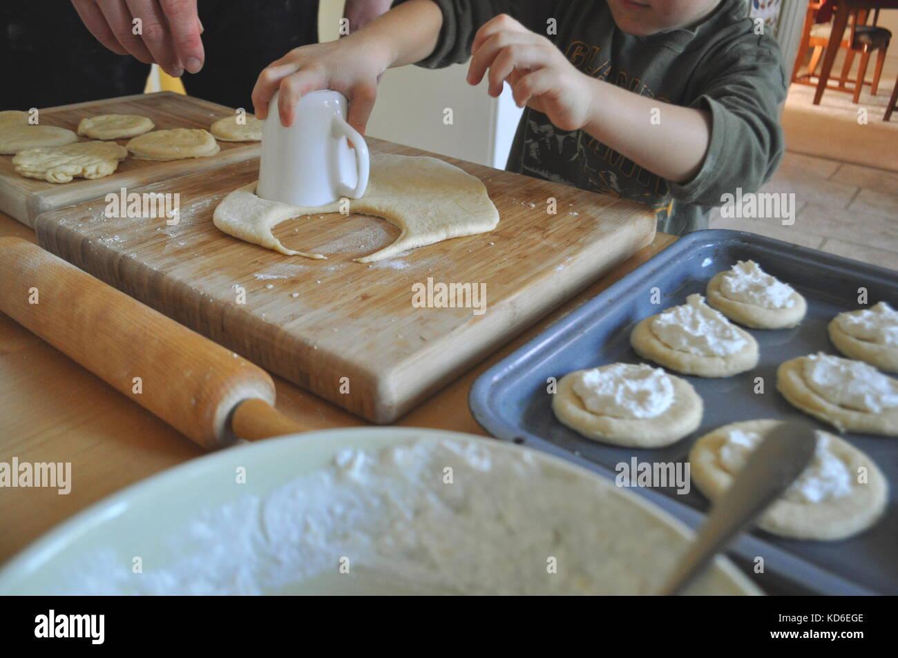 Essen Vorbereitung - Vater und Kind zusammen backen Hefeteig Teig am ...
