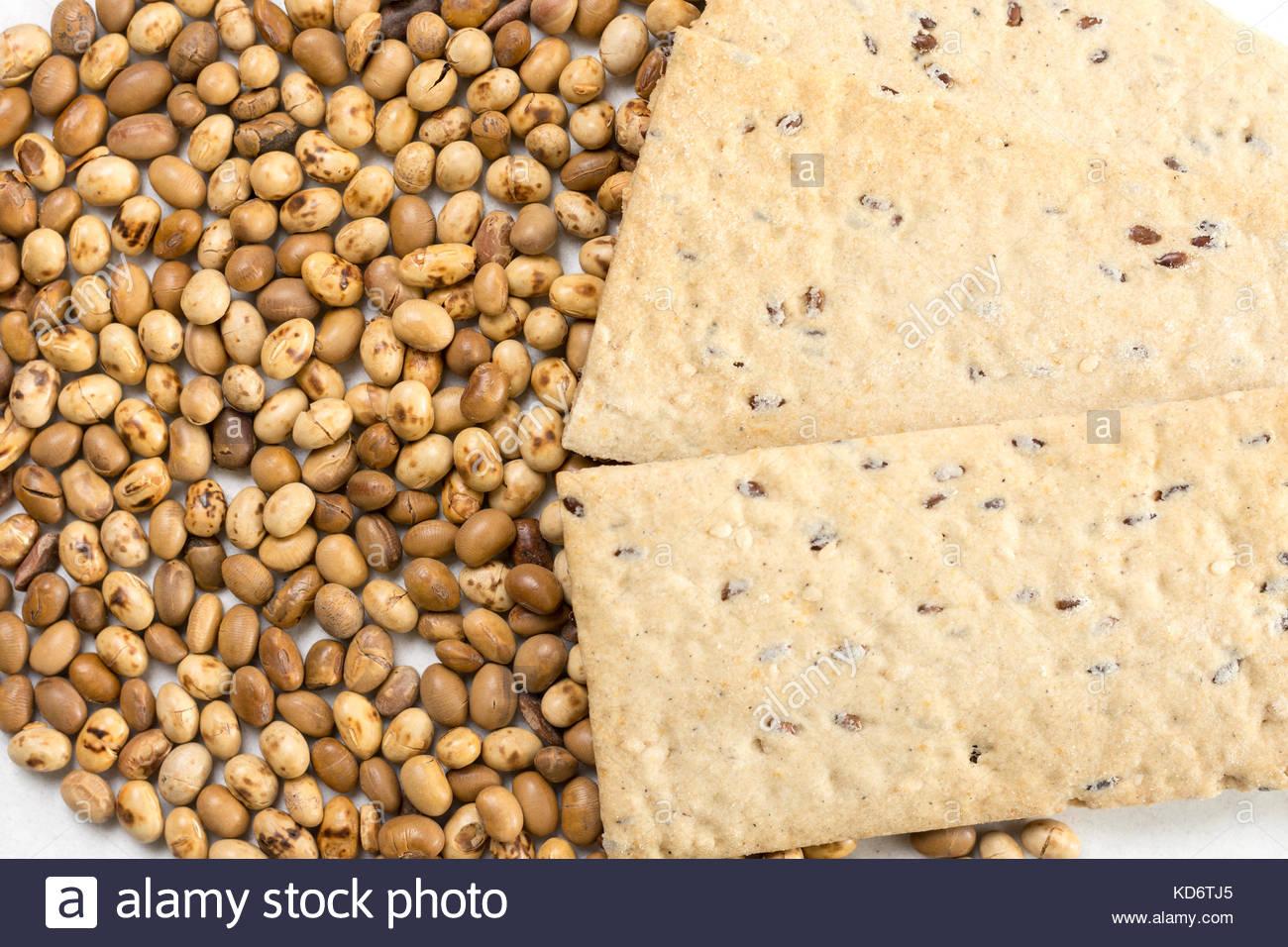 Sojabohnen mit Flachs Chips auf dem weißen Hintergrund. Stockbild