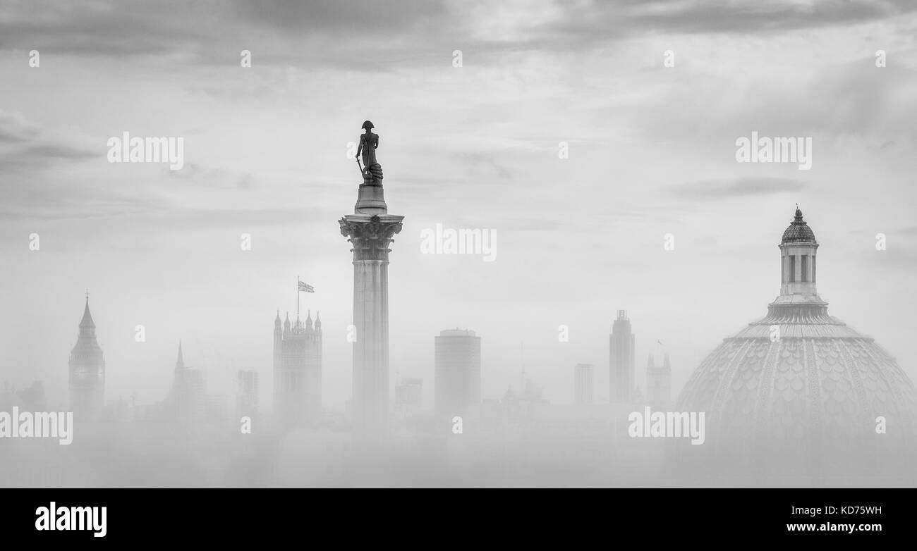 Nelsons Column in Trafalgar Square Häuser des Parlaments und die Kuppel der National Gallery in London, Großbritannien Stockbild