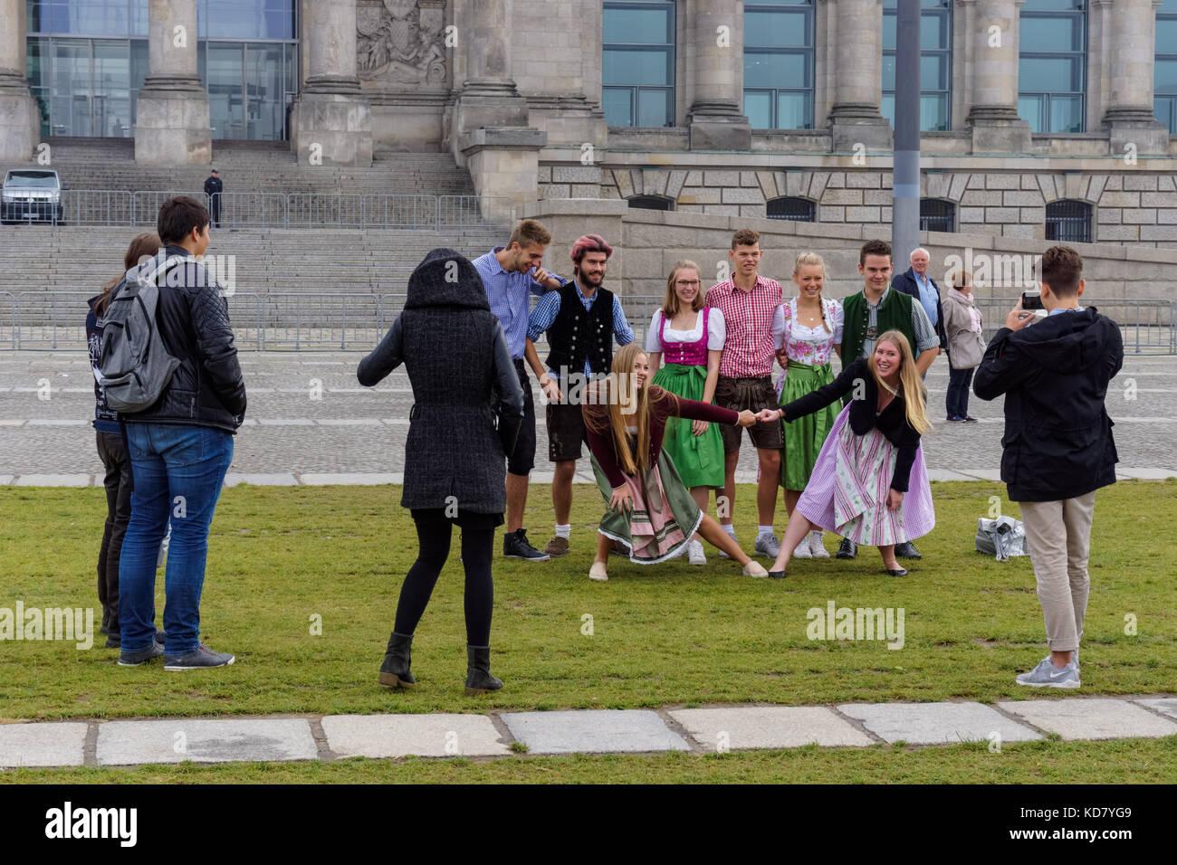 Junge Deutsche, die Foto vor dem Reichstag in Berlin, Deutschland Stockbild
